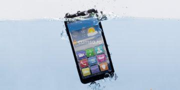 Cum sa procedezi daca ai scapat telefonul in apa si cum sa scoti umezeala din acesta